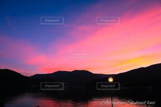 山に沈む夕日の写真・画像素材[1304996]