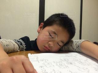 宿題中に居眠りの写真・画像素材[1317823]