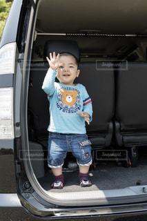 車のトランクで満面の笑み!の写真・画像素材[1373306]