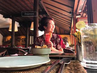 食品のプレートをテーブルに着席した人の写真・画像素材[1279789]