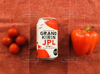 テーブルの上に座って赤いリンゴの写真・画像素材[1324154]