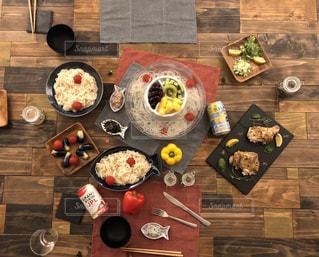木製テーブルの上に座って食品の束の写真・画像素材[1324195]