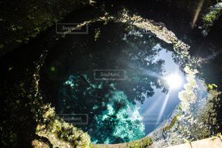 背景の木と滝の写真・画像素材[1312814]