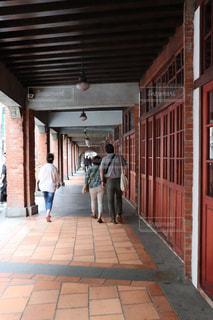 れんが造りの建物の前を歩く人の写真・画像素材[1247487]
