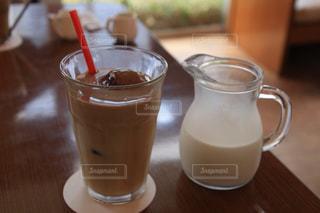 暑い日にぴったり!たっぷりのミルクを楽しめるコーヒーの写真・画像素材[1437924]
