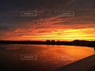 水の体に沈む夕日の写真・画像素材[1273240]