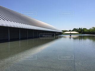 水の体の上の橋の写真・画像素材[1251465]