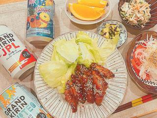 テーブルの上に食べ物のプレートの写真・画像素材[1301697]