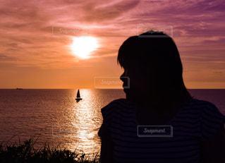 女性,夕日,絶景,沖縄,シルエット,夕景