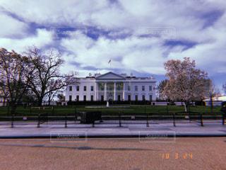 建物の側に木と空の道の写真・画像素材[1251401]