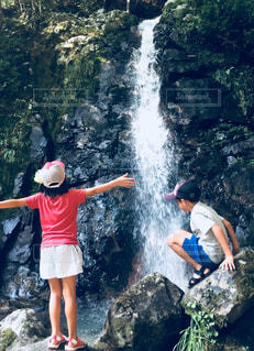 子供,滝,癒し,渓谷,涼み,熱中症対策