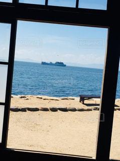 窓枠の外には大きな船の写真・画像素材[1390297]