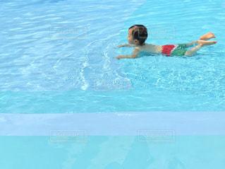 水のプールで泳いでいる人の写真・画像素材[1329569]