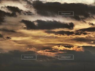 風景,空,夕日,屋外,太陽,雲,夕焼け,夕暮れ,景色,オレンジ,グレー,夕景,sunset,灰色,嵐,嵐の前の静けさ,ひきこまれる