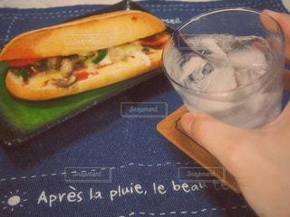 テーブルの上に座って半分サンドイッチのカットの写真・画像素材[1274823]