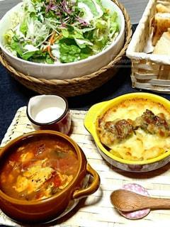 テーブルの上に食べ物のボウルの写真・画像素材[1286531]