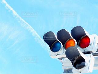 近くに信号機のアップの写真・画像素材[1320571]