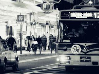 京都市バスと夜の風景の写真・画像素材[1668386]