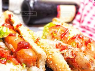 食べ物,風景,食事,朝食,屋内,緑,植物,赤,黒,葉っぱ,茶色,室内,葉,景色,パン,背景,野菜,サンドウィッチ,昼食,サンドイッチ,レタス,料理,朝ごはん,自炊,おいしい,美味しい,おうちカフェ,夕食,ソーセージ,ホットドッグ,赤色,玉ねぎ,夕飯,献立,たまねぎ,赤ワイン,白ワイン,ケチャップ,昼ごはん,緑色,夜ごはん,ゴマ,タマネギ,玉葱,黒色,チラシ,ゴマパン,ごまパン,インスタ映え,フライヤー,ウインナーソーセージ,ジョンソンヴィル,johnsonville