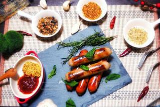 食べ物,風景,食事,屋内,緑,植物,赤,白,青,黒,葉っぱ,黄色,茶色,室内,葉,景色,背景,フォーク,テーブル,スプーン,野菜,皿,ウインナー,ニンニク,料理,自炊,おいしい,テーブルフォト,調味料,美味しい,おうちカフェ,ハーブ,ソーセージ,赤色,バジル,お皿,白色,カフェ風,つまみ,黄,肴,ローズマリー,茶,唐辛子,香辛料,スパイス,青色,食材,焦げ,ケチャップ,あて,トウガラシ,シルバー,緑色,銀,にんにく,黒色,プチ贅沢,粒,チラシ,銀色,大蒜,マスタード,ストーンプレート,焦げ目,インスタ映え,居酒屋風,フライヤー,おうち居酒屋,メイラード反応,メイラード,ウインナーソーセージ,ジョンソンヴィル,johnsonville,スイーツバジル