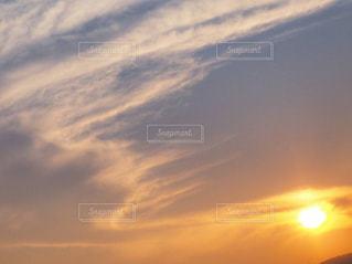 自然,風景,空,屋外,太陽,白,雲,青,夕焼け,夕暮れ,アート,景色,オレンジ,光,背景,外,午後,白色,オレンジ色,青色,群青,室外,チラシ,ちらし,群青色,インスタ映え,フライヤー,たなびく,棚引く