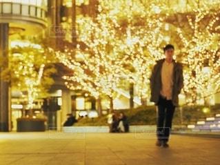 風景,建物,夜,夜景,ビル,木,屋外,大阪,綺麗,黄色,幻想的,観光地,アート,景色,女子,男子,光,観光,背景,樹木,イルミネーション,都会,休憩,人物,外,人,キラキラ,広場,コンクリート,地面,明るい,大阪駅,印象的,スナップ,雰囲気,樹,黄,LED,待ち合わせ,金,金色,輝き,室外,大阪市,煌めき,フォトジェニック,帰り,チラシ,ちらし,都会の風景,ブログ,グランフロント大阪,インスタ映え,フライヤー,シャンパンゴールド,街スナップ,champagne gold