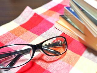 読書と眼鏡とチェックの写真・画像素材[3107581]