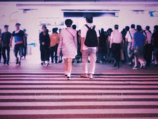 横断歩道の上に立つ人々のグループの写真・画像素材[3115238]
