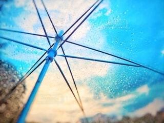 傘越しの晴雨の写真・画像素材[3669160]