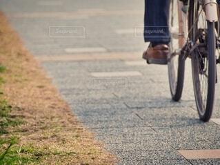 自転車で走る人の写真・画像素材[4210913]
