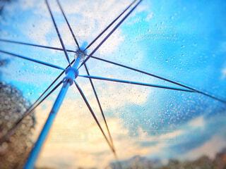 傘越しの天気雨の写真・画像素材[4467373]