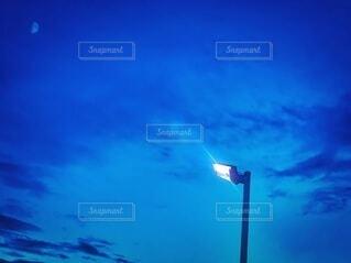 自然,風景,空,夜空,屋外,雲,アート,景色,ライト,光,背景,月,外,街灯,日本,印象的,壁紙,別れ,物思い,室外,悲しみ,ブルーアワー,マジックタイム,チラシ,ちらし,ブログ,街路灯,インスタ映え,フライヤー,冷気