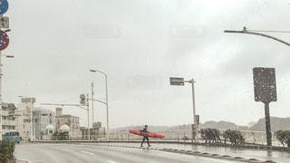 空,雨,屋外,サーフボード,道路,標識,人物,道,人,通り,雨の日,車両