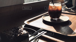 テーブルの上に置かれたケーキの写真・画像素材[2260129]