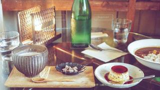 皿の上に食べ物の皿をトッピングしたテーブルの写真・画像素材[2260133]