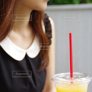 コップを持っている女性の写真・画像素材[2283074]