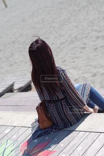 砂浜に座っている人の写真・画像素材[2298114]