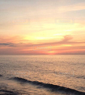 水の体の上の夕日の写真・画像素材[2364822]