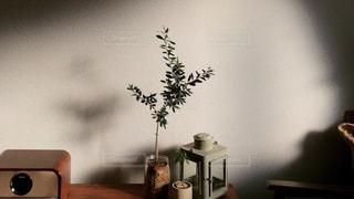 テーブルの上に家具と花瓶でいっぱいの部屋の写真・画像素材[2778568]