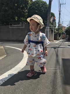 通りを歩きながら小さな女の子の写真・画像素材[1329568]