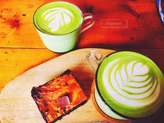 テーブルの上のコーヒー カップの写真・画像素材[1271868]