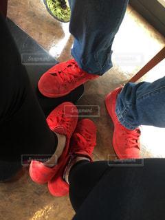 赤い靴を履いて足のペアの写真・画像素材[1830153]