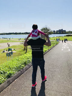 公園,親子,後ろ姿,女の子,肩車,パパ,おでかけ