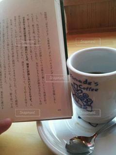 テーブルの上のコーヒー カップの写真・画像素材[1310409]