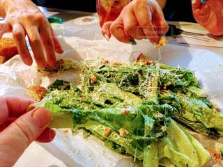サラダを持っている手の写真・画像素材[1464251]