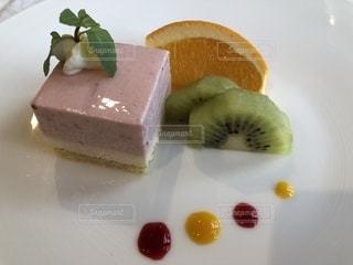 皿の上のケーキの一部の写真・画像素材[1557008]