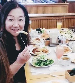 食事をしているところの写真・画像素材[1656331]
