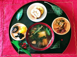 板の上に食べ物のボウルの写真・画像素材[1728566]