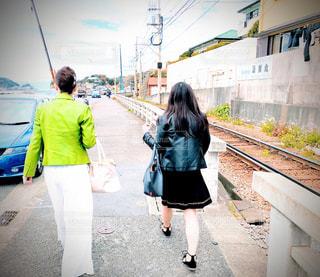 歩道を歩く女性たちの写真・画像素材[2111587]