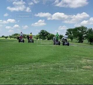 自然,空,乗り物,芝生,屋外,緑,雲,景色,草,爽やか,樹木,ゴルフ,セグウェイ,ゴルフ場,仲間